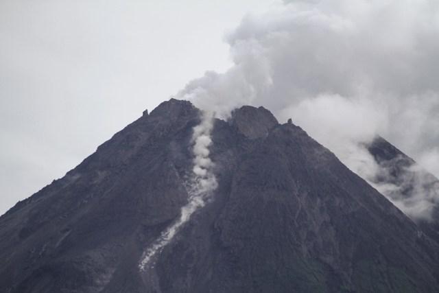 Gunung Merapi Keluarkan Guguran Awan Panas Sejauh 1,5 Km (70605)