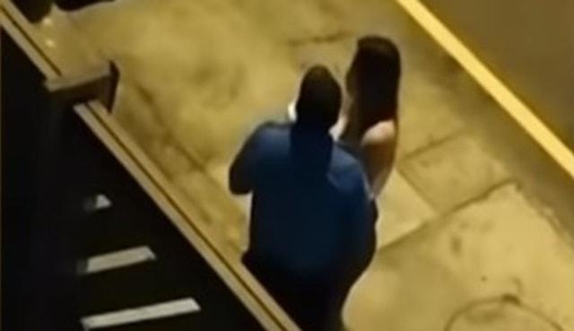 Bukannya Ditilang, Polisi Malah Cium Wanita Pelanggar Lalu Lintas  (4836)