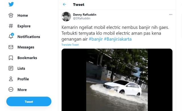 Aksi Mobil Listrik Hyundai Ioniq Terabas Banjir Jakarta (223012)
