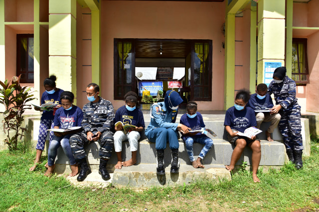Prajurit TNI-AL Mengajar di Kampung Terpencil di Papua Barat (341931)