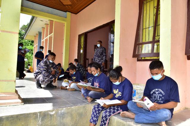 Prajurit TNI-AL Mengajar di Kampung Terpencil di Papua Barat (341932)