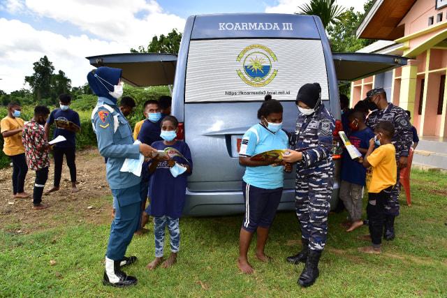 Prajurit TNI-AL Mengajar di Kampung Terpencil di Papua Barat (341933)