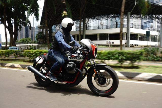 30 Menit Pertama Riding Moge Cafe Racer Moto Guzzi V7 III, Badan Auto Pegal? (22920)