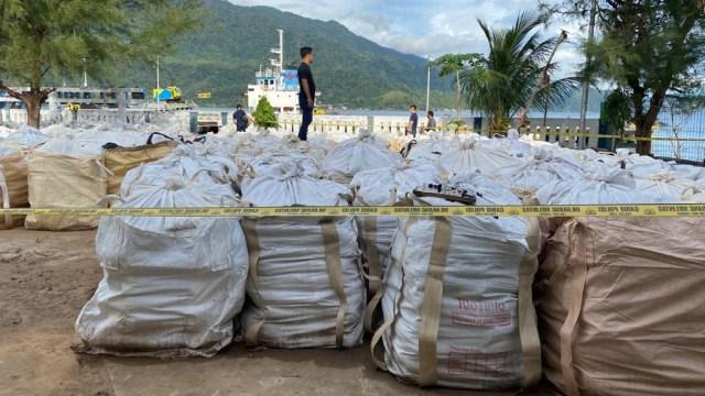 Tumpukan Karung Berisi 150 Ton Limbah Tambang Ilegal Ditemukan di Aceh Selatan (333957)