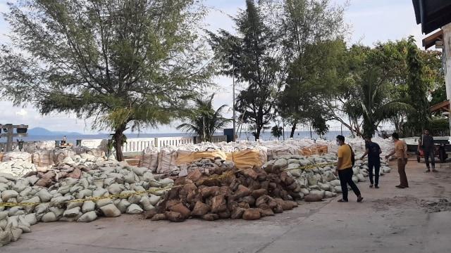 Tumpukan Karung Berisi 150 Ton Limbah Tambang Ilegal Ditemukan di Aceh Selatan (333958)