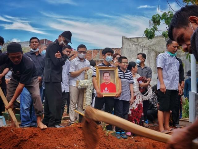 Tinggalkan 3 Orang Anak, Warga Lampung Korban Penembakan Oknum Polisi Dimakamkan (357660)
