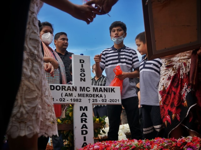 Tinggalkan 3 Orang Anak, Warga Lampung Korban Penembakan Oknum Polisi Dimakamkan (357661)