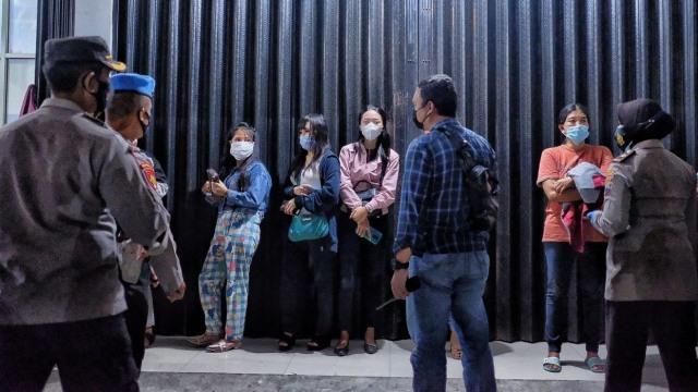 Foto: Momen Gibran Blusukan Ikut Razia PSK Solo di Malam Minggu (142850)