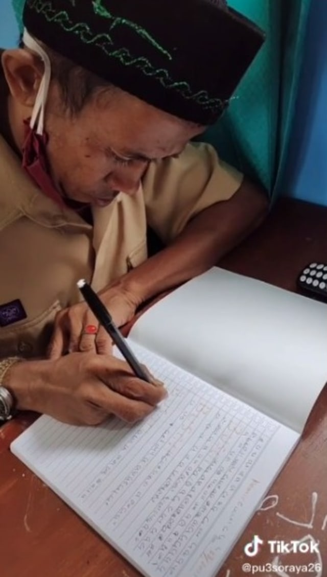 Siswa SMA Berusia 30 Tahun, Semangat Belajarnya Patut Ditiru (25108)