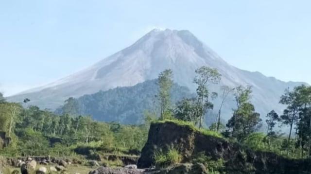 Gunung Merapi Kembali Luncurkan Awan Panas Sejauh 1.700 Meter (122857)