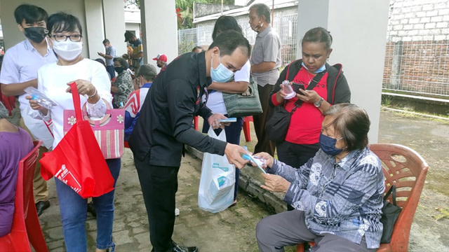 Alumni UGM di Manado Gelar Aksi Sosial Bagikan Masker untuk Lansia (44693)