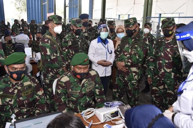 TNI Vaksinasi 1.695 Prajurit di Solo Sebelum Turun Jadi Petugas Tracer COVID-19 (337375)