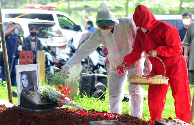 Terlihat Tegar, Teddy Syach Ungkap Momen Terberat Jelang Kepergian Rina Gunawan (629849)