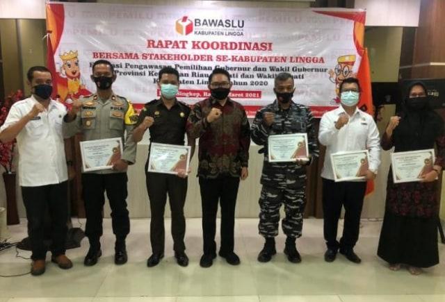 Bawaslu Lingga Bagi-bagi Penghargaan di Rakor Evaluasi Pilkada Serentak 2020 (479023)