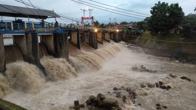 Bogor Diguyur Hujan Deras, Bendung Katulampa Siaga IV (70866)