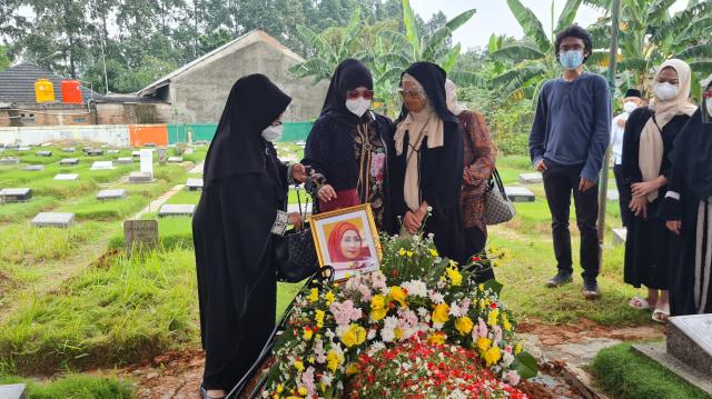 Pemakaman Artis Senior Asmiar Yahya Diwarnai Suasana Haru (303205)