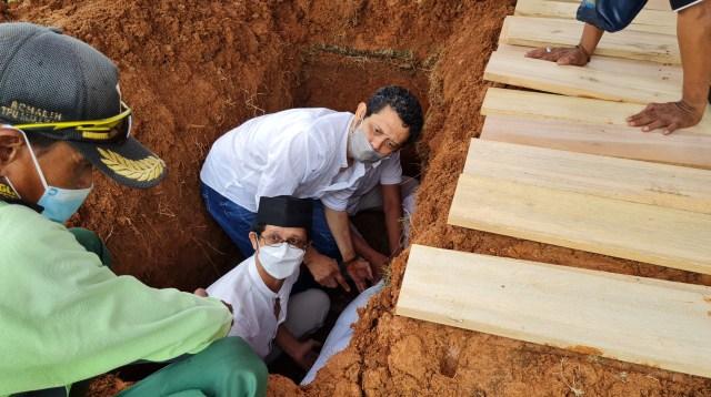 Pemakaman Artis Senior Asmiar Yahya Diwarnai Suasana Haru (303206)