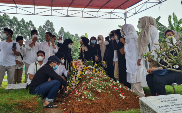 Pemakaman Artis Senior Asmiar Yahya Diwarnai Suasana Haru (303208)