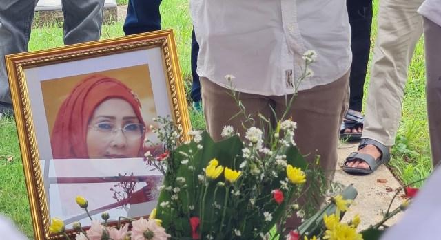 Pemakaman Artis Senior Asmiar Yahya Diwarnai Suasana Haru (303207)