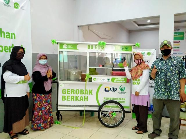 Inisiatif Zakat Indonesia & DKM Shalahudin Sudirman Bantu UMKM Saat Pandemi (7322)