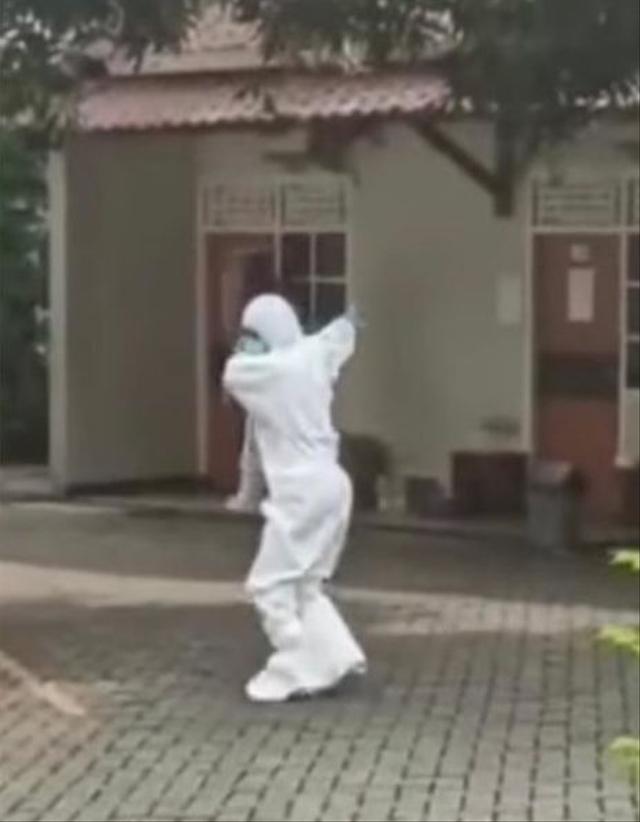 Menghibur, Nakes Pakai APD Joget Asyik Banget saat Temani Pasien COVID-19 Senam (1048280)