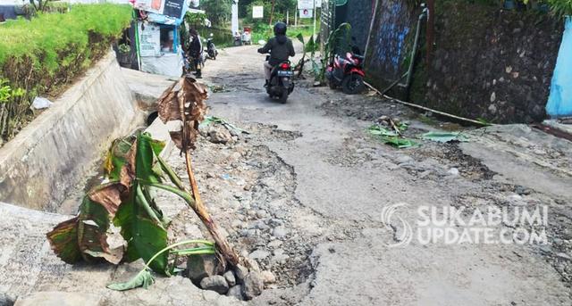 Viral Guru dan Aparat Desa, Ini Nasib Jalan Rusak di Cijalingan Sukabumi (298573)
