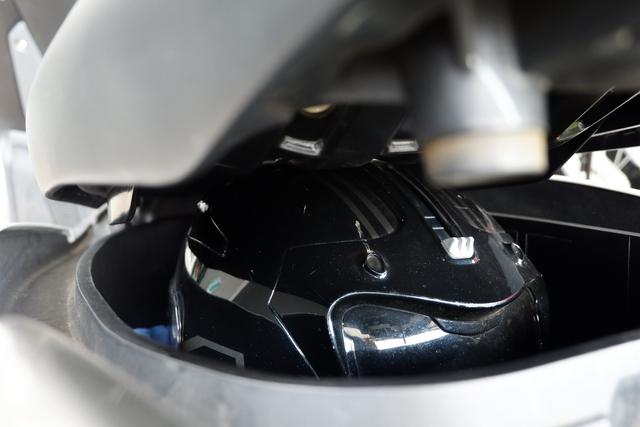 DIY Otomotif: Kiat Taruh Helm Full Face Bebas Lecet di Bagasi Yamaha NMax (206505)