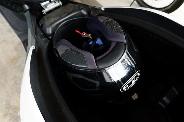 DIY Otomotif: Kiat Taruh Helm Full Face Bebas Lecet di Bagasi Yamaha NMax (206501)