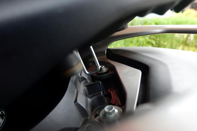 DIY Otomotif: Kiat Taruh Helm Full Face Bebas Lecet di Bagasi Yamaha NMax (206503)
