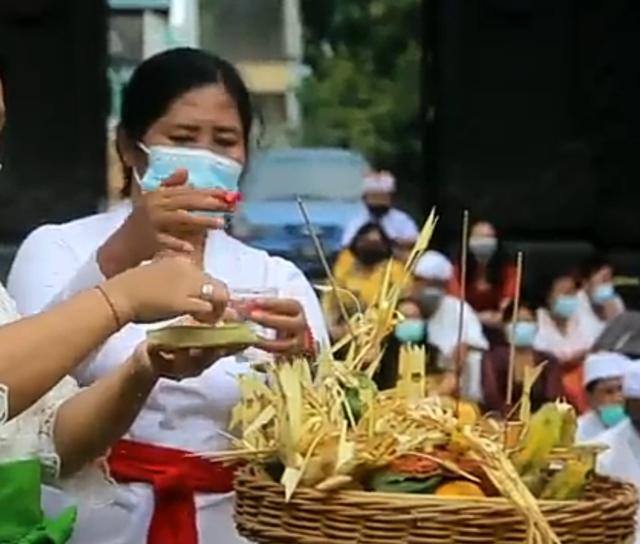 Jalani Ritual Pecaruan, Umat Hindu di Cirebon Sambut Pergantian Tahun Baru Saka (218097)