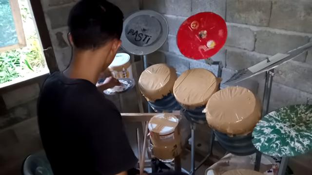 Viral Penabuh Drum dari Ember Bekas Dikirim Drum oleh Mike Portnoy Dream Theater (404606)