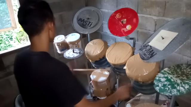 Viral Penabuh Drum dari Ember Bekas Dikirim Drum oleh Mike Portnoy Dream Theater (404605)