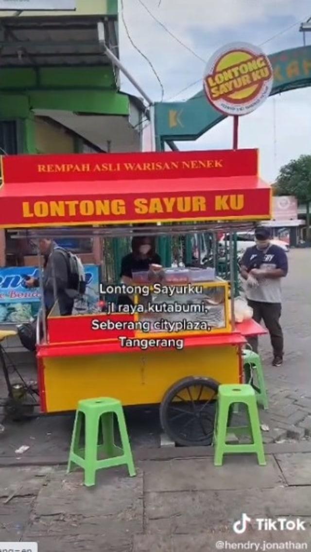 Pramugari Banting Setir Jualan Lontong Sayur di Pinggir Jalan, Curi Perhatian (182712)