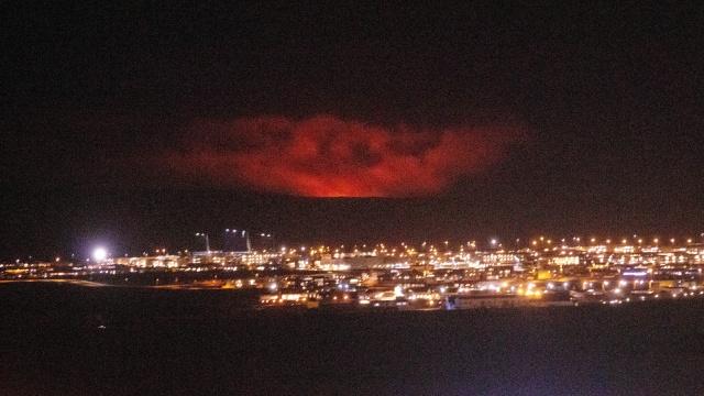Gunung Berapi di Dekat Ibu Kota Islandia Meletus, Warga Diminta Tetap di  Rumah - kumparan.com