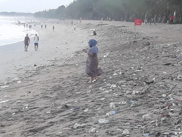Sampah Kiriman dari Pesisir Pantai Selatan, Bali, Kembali Kotori Pantai Kuta (482464)