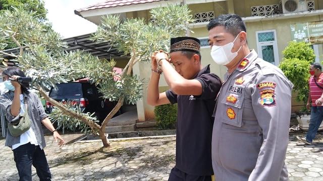 Polisi Serahkan Pelaku Penebas Ayah Kandung ke Rumah Sakit Jiwa Provinsi Lampung (20988)