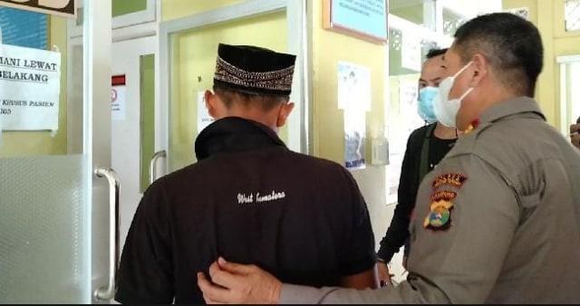 Saat akan Diperiksa di RSJ, Pelaku Pembunuh Ayah di Lampung Ajak Polisi Salat (280812)
