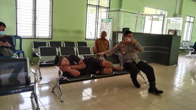 Saat akan Diperiksa di RSJ, Pelaku Pembunuh Ayah di Lampung Ajak Polisi Salat (280813)