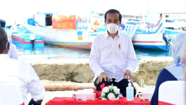 Jokowi Beri Bantuan Modal dan Alat Tangkap Ikan ke Nelayan di Maluku Tengah (28758)