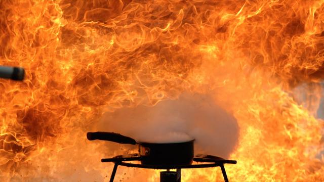 Menyiramkan Air pada Minyak Terbakar Bukan Tindakan yang Tepat? (30959)