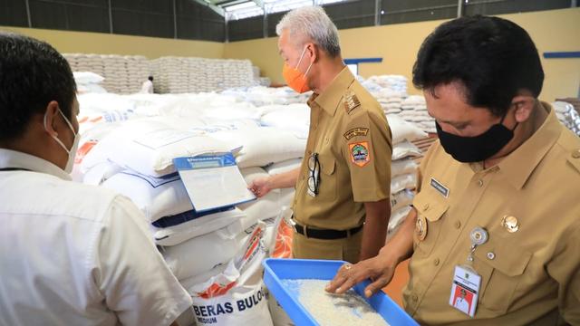 Cek Gudang Bulog di Klaten, Ganjar Kritik Mekanisme Penyerapan Gabah yang Rendah (316537)