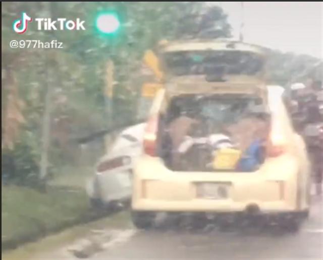 Toyota Supra Masuk Selokan, Netizen: Ginjal Gua Retak Liatnya (251267)