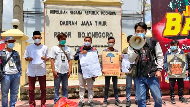 Aliansi Wartawan se-Bojonegoro Gelar Aksi Solidaritas untuk Nurhadi (69370)