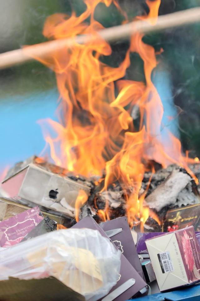 Foto: Pemusnahan Barang Ilegal di Bea Cukai Aceh, HP & HT Dihancurkan Pakai Palu (88602)