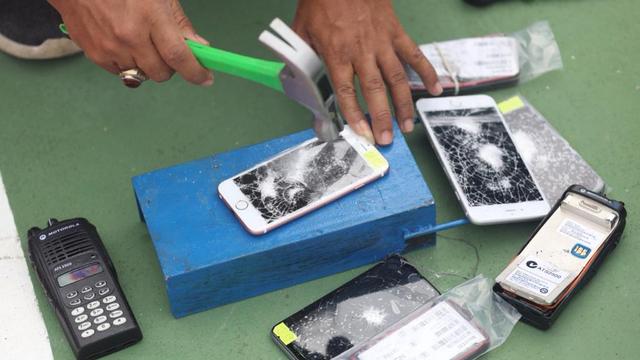 Foto: Pemusnahan Barang Ilegal di Bea Cukai Aceh, HP & HT Dihancurkan Pakai Palu (88606)