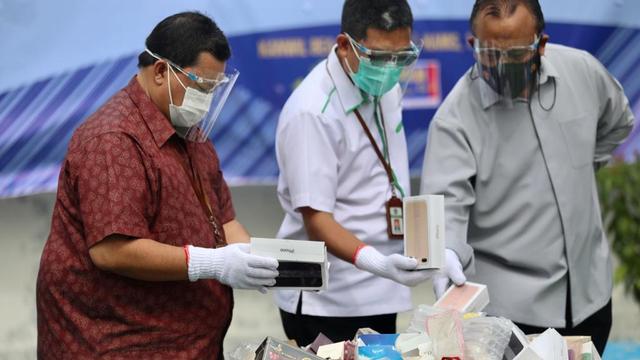 Foto: Pemusnahan Barang Ilegal di Bea Cukai Aceh, HP & HT Dihancurkan Pakai Palu (88608)