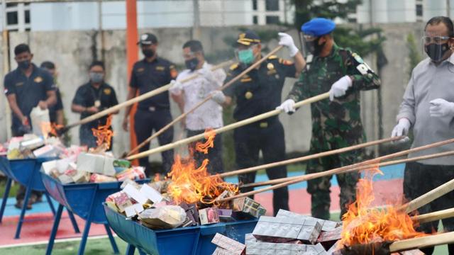 Foto: Pemusnahan Barang Ilegal di Bea Cukai Aceh, HP & HT Dihancurkan Pakai Palu (88609)