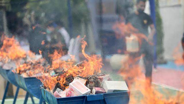 Foto: Pemusnahan Barang Ilegal di Bea Cukai Aceh, HP & HT Dihancurkan Pakai Palu (88610)