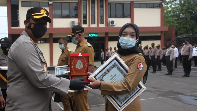 Kapolres Bojonegoro Beri Penghargaan pada Kades dan Ketua RT (74868)