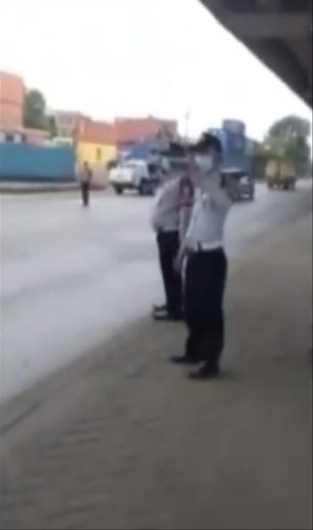 Video Petugas Dishub Mendadak Kabur saat Direkam Sopir Truk Trailer (57301)